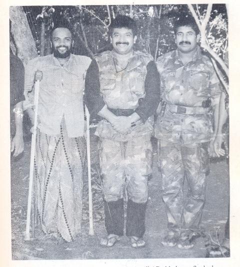 1990 வாக்கில் எடுக்கப்பட்ட, அந்தச் சந்தோஷ காலப் புகைப்படம். பிரபாகரனின் தன்னிகறற்ற தலைமைக்குப் போட்டியே இல்லாத காலம்... (Scanned photo courtesy: MR Narayan Swamy - 'Tigers of Lanka: From Boys to Guerrillas,' Konark Publishers (1994)