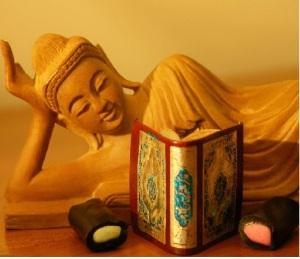 குட்டி கொர்-ஆன் படித்துக் கொண்டிருக்கும் சந்தன புத்தர்