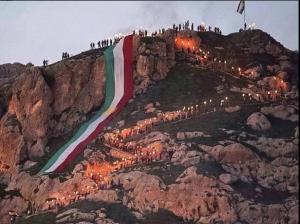 இரானிய கர்ட்களின் புத்தாண்டு போன்ற  http://en.wikipedia.org/wiki/Newroz_as_celebrated_by_Kurds (நவ்ரோஸ், நியூரோஸ்), யூதர்களின் பாஸ்ஸோவர் http://www.chabad.org/holidays/passover/pesach_cdo/aid/871715/Jewish/What-Is-Passover.htm போன்ற கொண்டாட்டம் - ஆனால், பொதுவாக 21 மார்ச் அன்று கொண்டாடப் படுவது - 21/03/2015 புகைப்படம் - இந்த கர்ட் இளைஞரின் ட்விட்டர் பக்கத்திலிருந்து. https://twitter.com/mevanakreyi